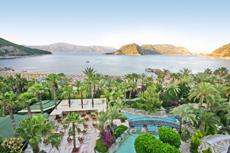 Hotel Aqua is een mooi, 5-sterren hotel dat rustig gelegen is op loopafstand van Içmeler. In dit luxe resort - gelegen aan een privé strand - staat Turkse gastvrijheid centraal. Voor een ontspannende strandvakantie met leuke plaatsen als Içmeler en Marmaris vlakbij, bent u hier aan het juiste adres. Het centrum van Marmaris ligt op circa 8 km en is eenvoudig te bereiken met de dolmus.  Kinderen kunnen zich vermaken in het aparte kinderbad, in de speeltuin.  Officiële categorie *****