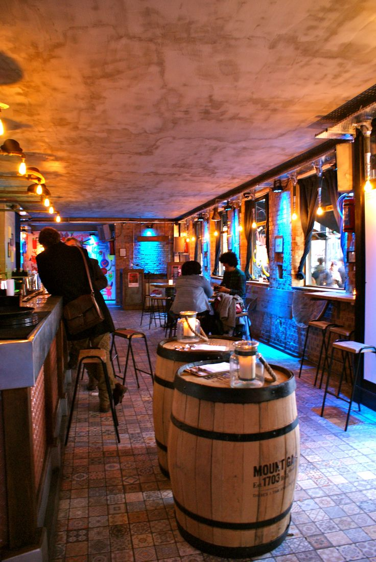 Canvas Bar, Shoreditch, London. Serving cocktails and live art - straight up!