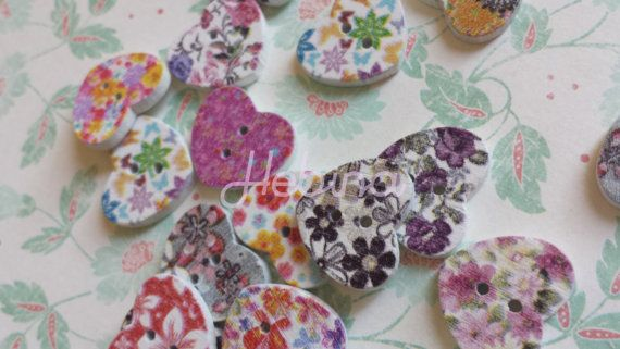 Bottoni in legno decorati a due fori. Per Scrapbooking, Smash book e Card making. Abbellimenti / Embellishment buttons