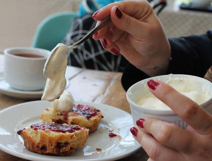 Typisch irisch: Scones mit clotted cream und Marmelade. Natürlich mit Tee dazu #scones #teepause