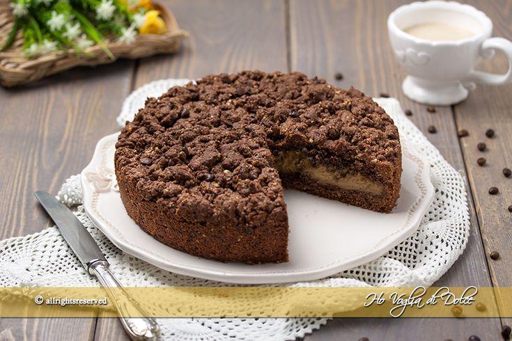 Sbriciolata al caffè e cioccolato una torta golosa ripiena con crema al caffè e tanto cioccolato. Ricetta facile e veloce per un dolce che piacerà a tutti.