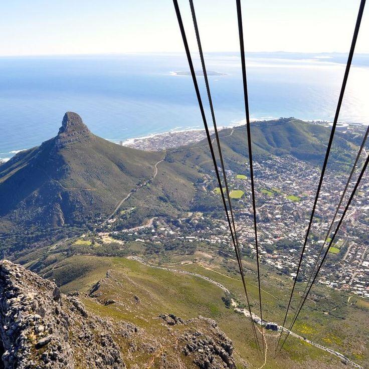 Table Mountain - Le Cap - Afrique du sud Vous pouvez y monter en téléphérique toute la journée, mais je vous conseille d'y rester jusqu'au coucher de soleil, la vue est alors à couper le souffle.