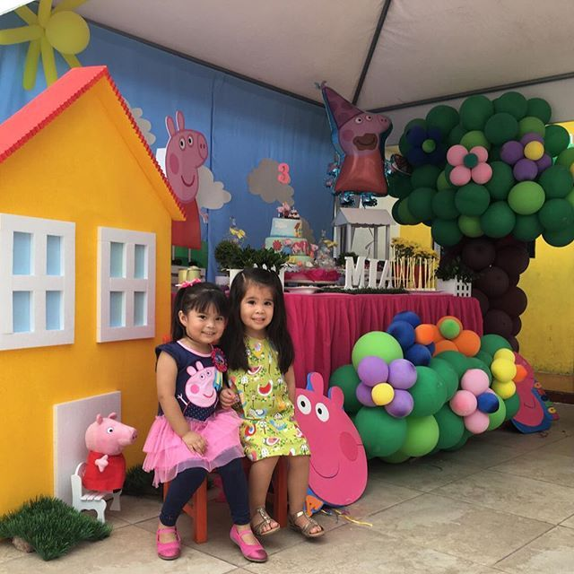 Hermosas princesas posando en nuestra decoraci n de peppa for Mia decoracion