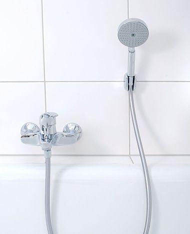De gaatjes van de douchekop kunnen na verloop van tijd dicht gaan zitten met kalk. Tijd om je douche schoon te maken. Je douchekop ontkalken doe je zo!