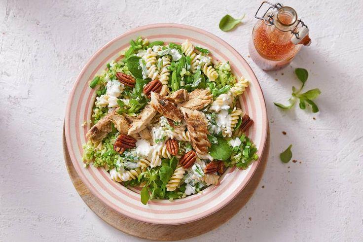 Frisse pastasalade met makreel, om het zomergevoel nog even vast te houden - Recept - Allerhande