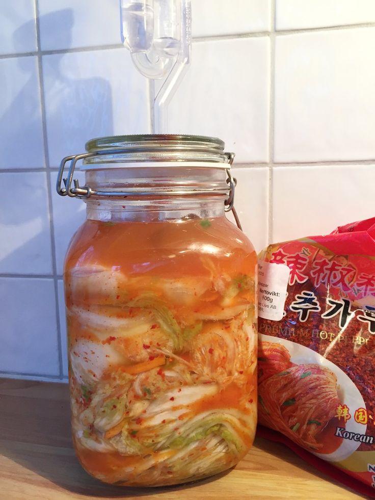 Bentes fermentering -Kimchi  Jeg har fått noen forespørsler om jeg kan legge ut oppskrift på kimchi -  steg for steg. Ja, selvsagt, her kommer den.Men først, hva er kimchi?  Kimchi er en koreansk nasjonalrett som består av kinakål (napa cabbage) og  forskjellige rå grønnsaker slik som hvitlø
