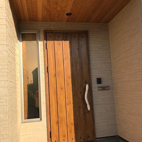 玄関 . . 久しぶりのおうちpost YKKapのヴェナード #マキアートパイン 養生つきっぱなしの写真でごめんなさい アイアン調の持ち手です…! . お気に入りポイントは、 #軒天 を木目にしてもらったこと。 貼っただけでは、好みの色にならなくて 一度塗装してもらったらドアとも馴染みました✨ . この小さい窓も、思った以上に明るくて 雪国なので、ポーチは深め。 #玄関 #テラコッタタイル #木目軒天 #ヴェナート