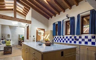 V kuchyni přibyla do barevné palety sytá modrá barva, která její vzhled hezky oživila.