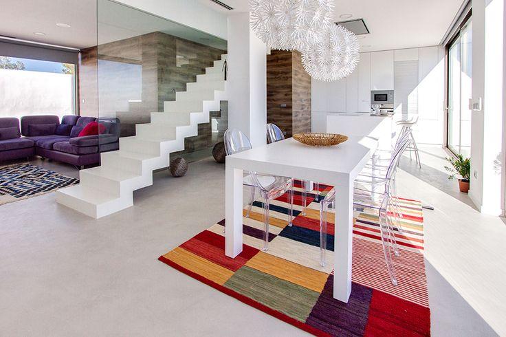 Chiralt Arquitectos I Mobiliario de comedor con impresionantes vistas a terraza en vivienda moderna.