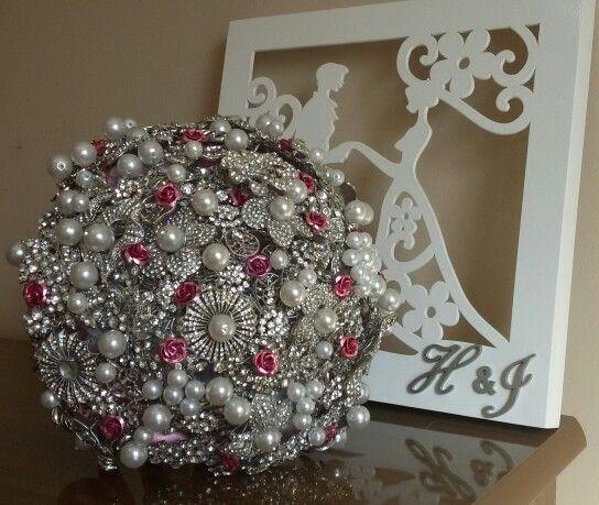 Buquê de noiva todo em broches prata com detalhes rosa. Buquê de Broches by Emiliane Pereira. WhatsApp ( 62 ) 8118-7054.