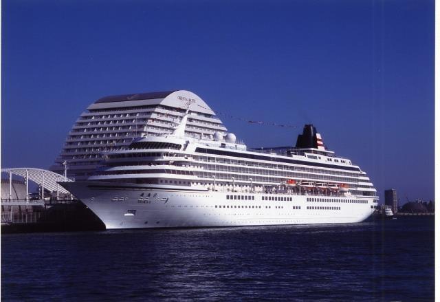 神戸港、中突堤を「飛鳥Ⅱ」が2013年世界一周クルーズへ出港。