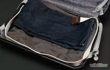 Cómo doblar pantalones, trajes y camisas para que quepan en una maleta