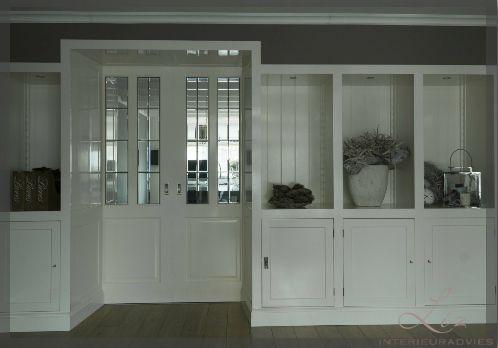 Kamer en Suite tussen woonkamer en keuken. De entree van deze kamer is sfeervol gemaakt met deze schuin weglopende kasten. In de kasten is ook verlichting gemaakt. Het glas in de deuren zijn nu van glas in lood, maar dat kan naar eigen inzicht.