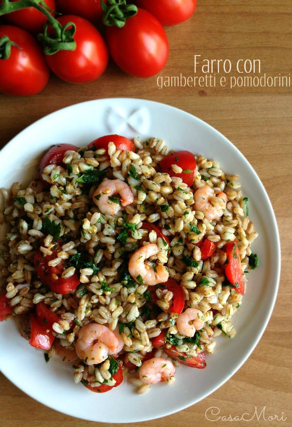 Spelt risotto with tomatoes and prawns.