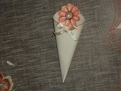 Coni per riso realizzati a mano con cartoncino ruvido color panna, dimensioni 10×10. Il decoro è realizzato a mano e quindi può essere fatto del colore che preferite