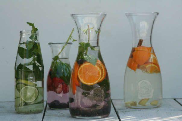 Fruitwater - 1 sinaasappel in plakjes, handje blauwe bessen, 1 takje munt