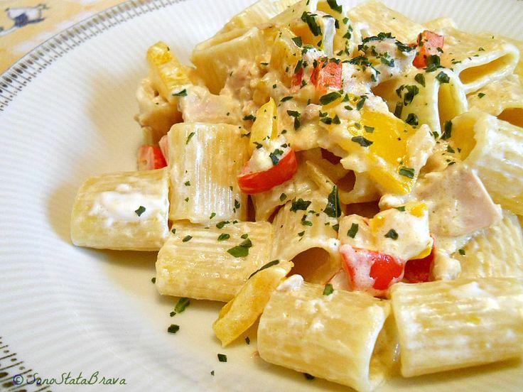 Mezze maniche con peperoni, tonno e formaggio spalmabile.