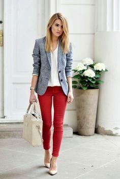 Conjunto americana gris, camisa blanca, pantalones rojos, tacones beis y bolso beis