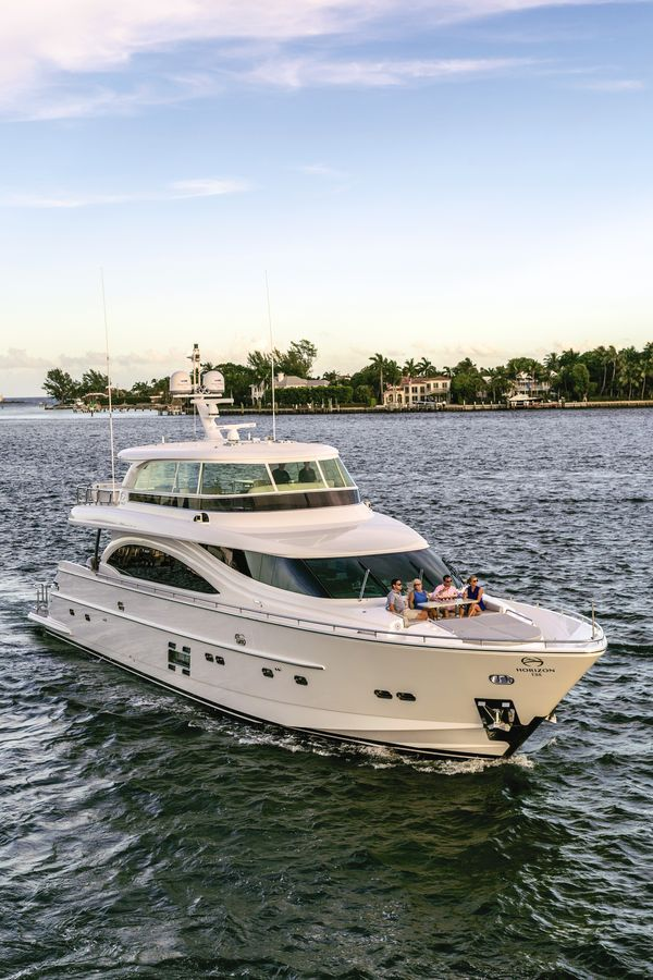 From the aft deck dining area to the one-level salon, entertainment spaces abound on the Horizon E88.