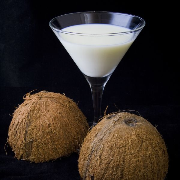 Truque para tirar a casca dura do coro seco com mais facilidade: retire toda a água e depois coloque o coco na chama do fogão até a c...