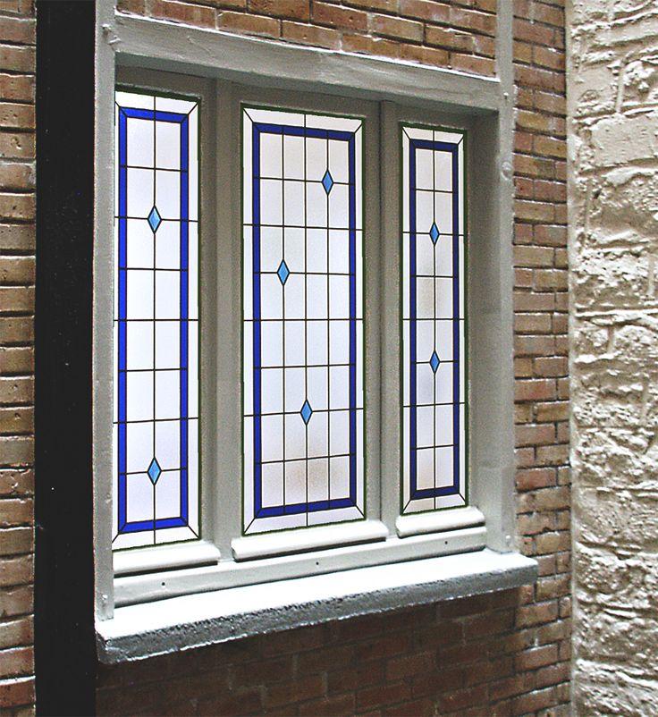 fenêtre sur courette intérieure - Plafond - Bath room appartement - Réalisation sur verre Imprimé 200 appliqué sur DV existant par collage silicone  - Films couleur - Bevels et cabochons rapportés par collage UV - Honky Tonk Vitrail