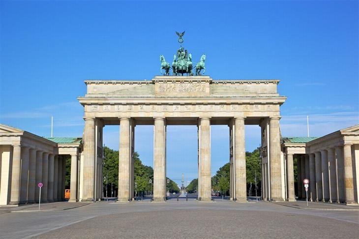 Brandenburger Tor - Portão de Brandemburgo, Berlim. Quando Napoleão invadiu os territórios alemães, ele confiscou a quádriga que fica no topo do portão, com a representação da Rainha da Vitória. A imagem foi devolvida, e hoje, mais do que nunca, é a forte representação de vitória e união do país.