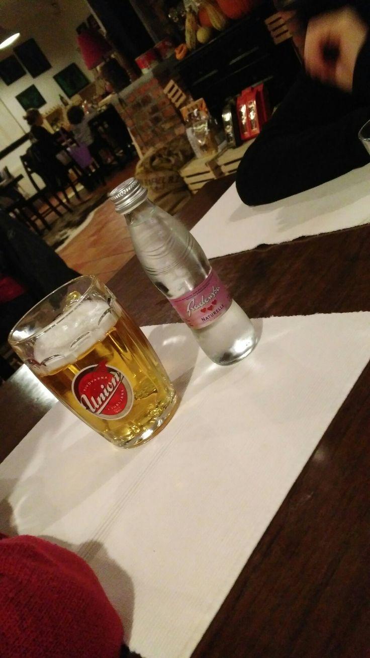 Una birra e una bottiglia d'acqua.... Acqua 0,25 birra 0,5....