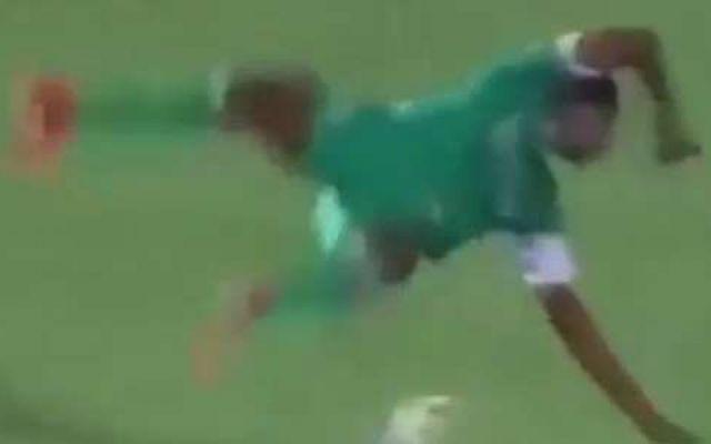 Terribile scontro di gioco, calciatore rischia la paralisi Dramma durante il match di Confederation Cup. Rudy N'Diaye, attaccante congolese dell'Athletic Club Leopards, dopo essersi scontrato con il portiere dello Zamalek, squadra egiziana, è caduto male sul #immaginishock #scontro #paralisi