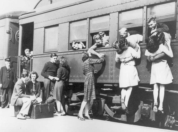 Saluti alla stazione prima della partenza per la Seconda Guerra Mondiale. Autore sconosciuto.