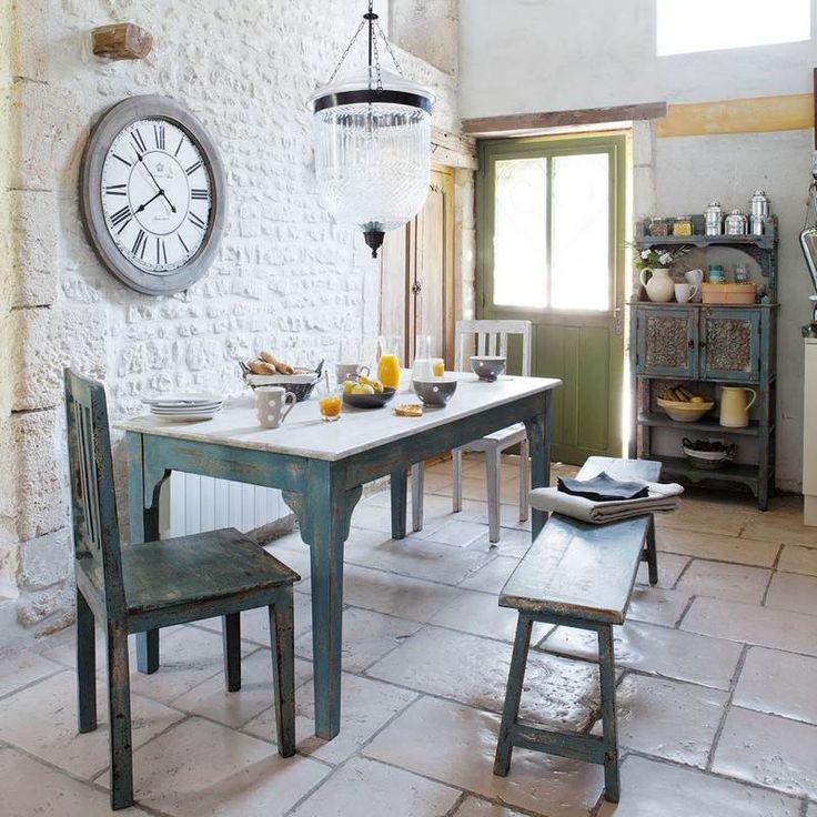 carrelage pierre naturelle et mur en pierre blanche dans la cuisine campagne moderne aménagée avec des meubles en bois bleu clair