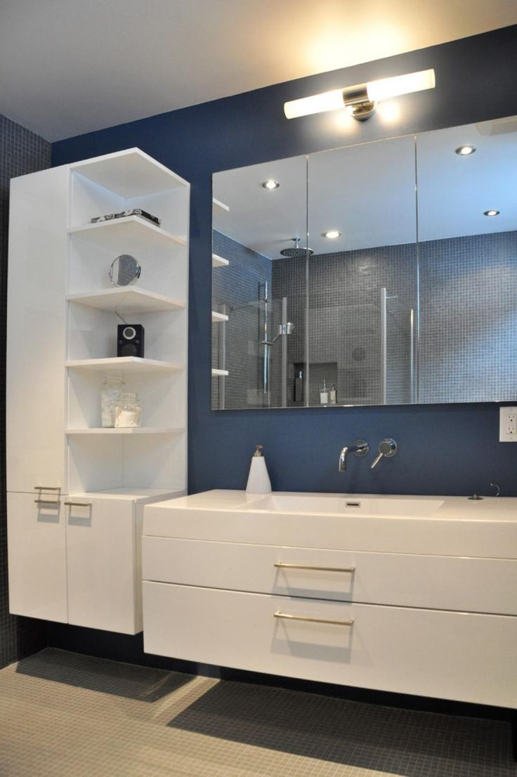 Ispirazione bagno contemporaneo in colori blu scuro e bianco di medie dimensioni. Rivestimento mosaico - Start Preventivi