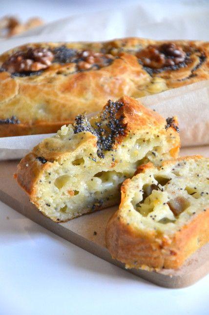 Mini-cakes apéritifs aux tomates séchées, graines de pavot, noix et emmental.  Fait sans noix mais avec des lardons râpés, des olives noires et de l'emmental râpé. Très bon mais le goût de l'olive l'emporte.