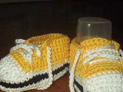 Scarpe da ginnastica tipo converse per neonato all'uncinetto. Crochet baby converse