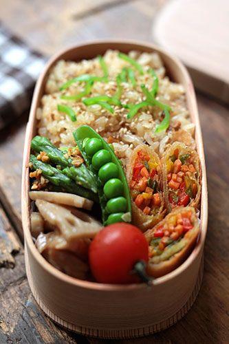 春巻きの断面とサヤエンドウがとても美しいお弁当。おいしそう!