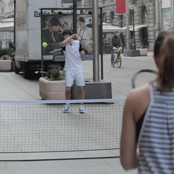 Giocare a tennis per strada? Ma che cosa sta succedendo? Qui c'è lo zampino del coccodrillo #Lacoste...