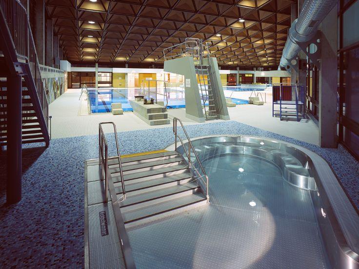 Das Höhenbergbad bietet Schwimmvergnügen für die ganze Familie mit einem 25-m-Sportbecken, einem Kinderplanschbecken sowie einer 65 Meter langen Wildwasserrutsche. Im Vierjahreszeitenbecken können Wasserratten ganzjährigen Open-Air-Badespaß genießen. Darüber hinaus steht den Badegästen in der Freibadesaison ein 25-m-Außenbecken zur Verfügung. Und das alles im Schatten einer großen Dünenlandschaft, die für mediterranes Flair sorgt.   Ausstattung: 25-m-Sportbecken mit 1- und 3-m-Sprungbrett…