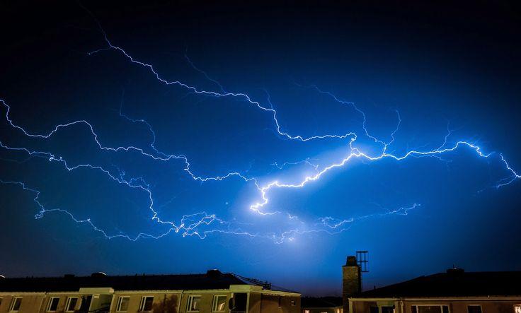Högsäsongen för åskväder i Svealand är förbi men har vi tur kommer även höststormarna komma att bjuda på fantastiska elektriska skådespel. De vackra men flyktiga blixtarna är svårfångade men rätt kunskap och förberedelser kan man bättra på oddsen en aning.