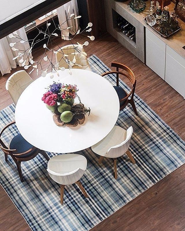 No ambiente de Paola Ribeiro (@paolaribeiroarqinteriores), o tapete de xadrez vichy demarca o tom de azul que pontua todo o espaço. Em contraste, cadeiras e mesa de linhas retas e lustre poderoso. #revistacasaclaudia #decoração #decor #decoration #casa #house #home #homedecor #casacorrj