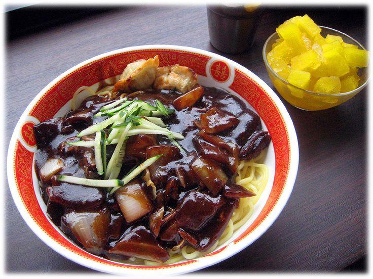 Jajangmyeon é um prato coreano, derivado do prato chinês Zhajiang. É composto de macarrão de trigo coberto com um molho espesso feito de chunjang (uma pasta de soja preta salgada), carne e legumes em cubos, e às vezes frutos do mar.  Texto e fotografia: http://lovely-seoul.jimdo.com