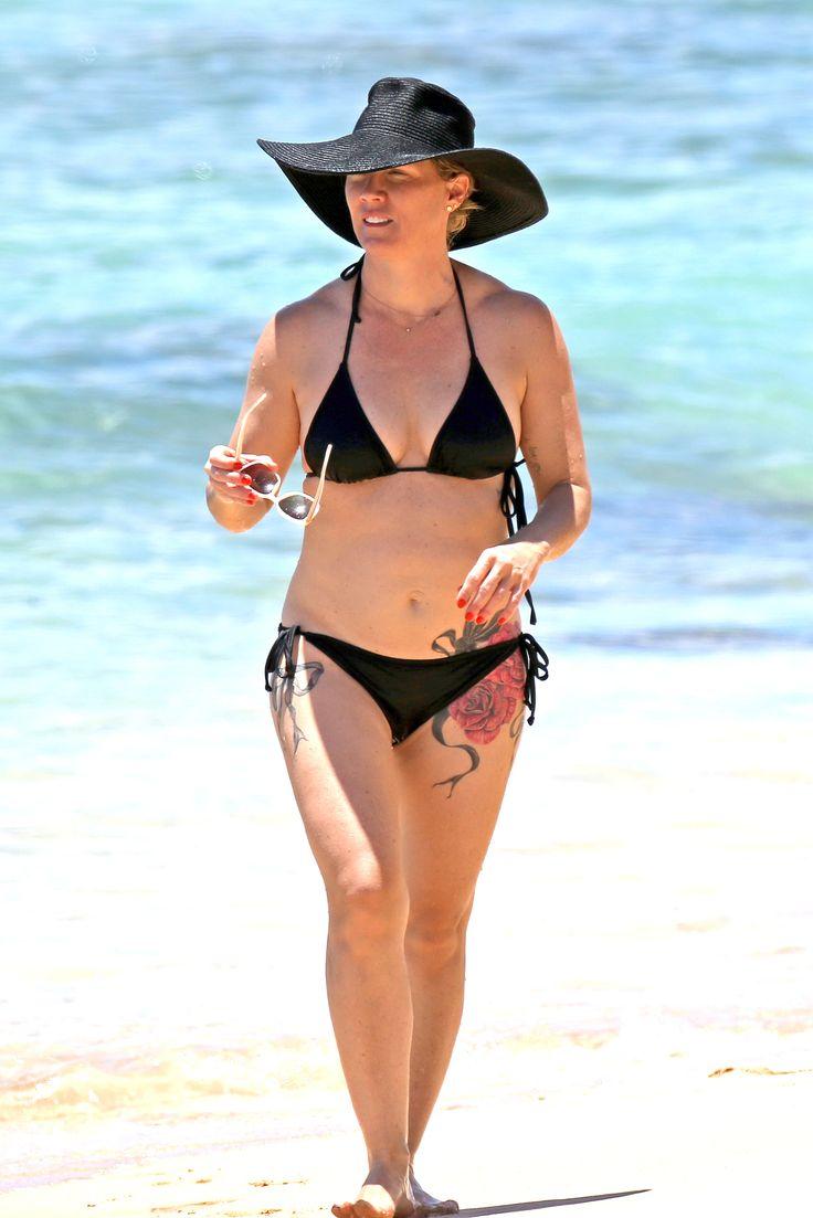 9021-Whoa! Jennie Garth Shows Off Her Bikini Body on a Hawaiian Getaway