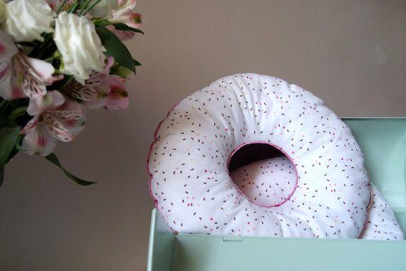 Coussin donut / beignet rose. Coussin décoratif rond forme donut 30 cm de diamètre. Devant blanc et vermicelles / Dos rose. Coussin donut