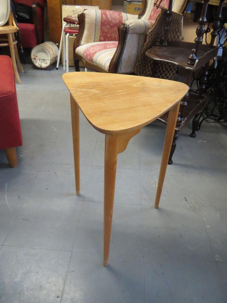 Ihananmallinen pieni 50 luvun pöytä kukkapöydäksi sivupöydäks Yksi kosteusre