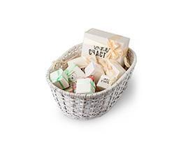 Набор из двадцати четырех  конфет домашнего пралине в подарочной упаковке от интернет-магазина кондитерских изделий «Лавки Счастья».