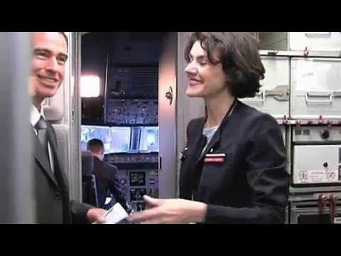 Profession : PNC - Personnel Navigant Commercial chez Air France   Stéphanie, à l'image des milliers d'hôtesses et de stewards d'Air France, accueille les clients à bord des avions de la compagnie. Outre sa mission commerciale, elle est également en charge d'assurer la sécurité en cabine, sous la responsabilité du commandant de bord. Sur chaque vol, un chef de cabine - ou chef de cabine principal assisté d'un ou plusieurs chefs de cabine sur les avions long-courriers - encadre l'ensemble des…