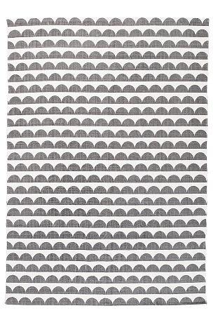 med trykt, retroinspirert mønster. Av 100% bomull. Vask 40°.  <br><br>For økt sikkerhet og komfort, bruk et antigliteppe for å holde teppe på plass. Antigliteppet finnes i flere ulike størrelser. <br><br>100% bomull<br>Vask 40°