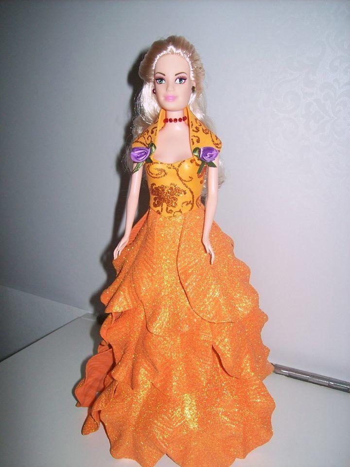 Boneca decorada com vestido em E.V.A. na cor escolhida, desde que disponível no mercado
