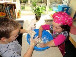 Beslag voor koekjes maken, kleuteridee.nl , thema bakker voor kleuters