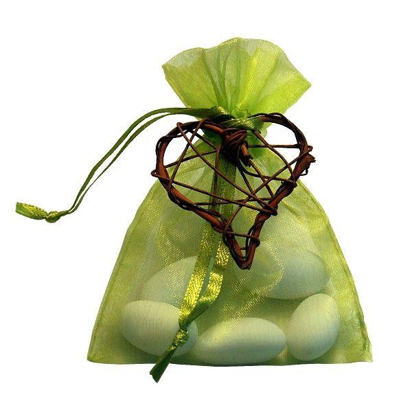 Grünes Gastgeschenk zur Hochzeit befüllt mit weißen Hochzeitsmandeln und einem kleinen Rattanherz