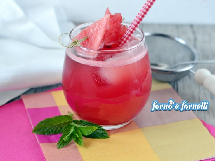 Il succo di anguria è una bevanda fresca e dissetante, da preparare per un aperitivo tra amici o semplicemente per una merenda diversa dal solito.