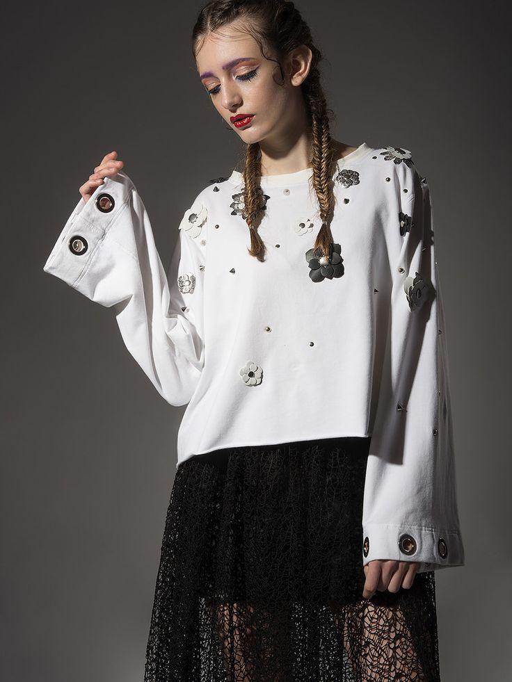 Bluza z odpinanymi kwiatami biała